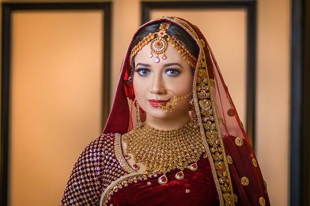 Piękna dziewczyna pozuje portret asin ślubu styl