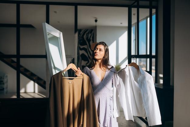 Piękna dziewczyna próbuje ubrać się w pokoju