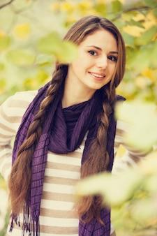 Piękna dziewczyna przy jesień parkiem.