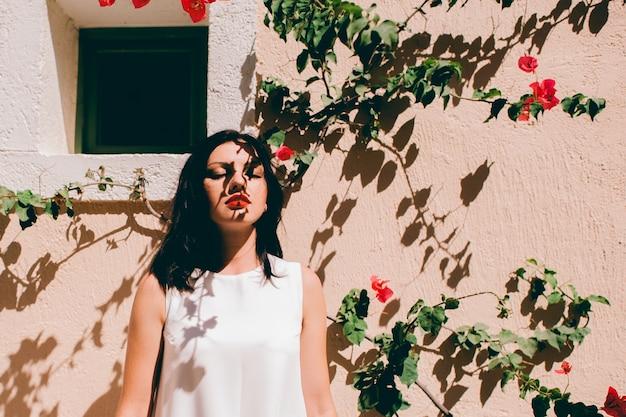 Piękna dziewczyna przy ścianie