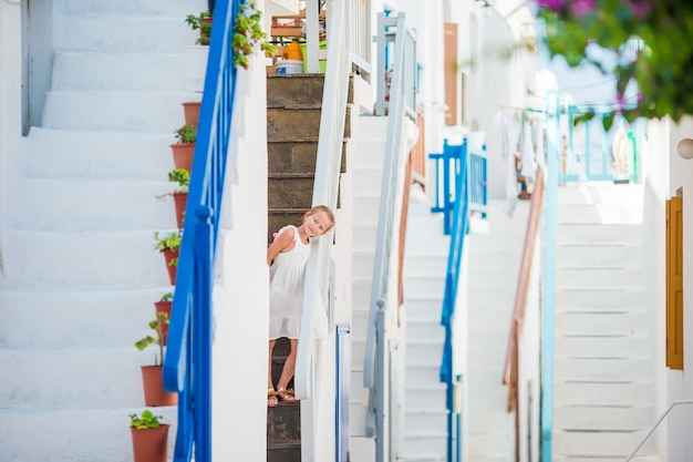 Piękna dziewczyna przy ulicą greckiej tradycyjnej wioski na mykonos