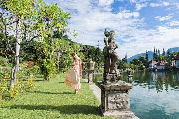 Piękna dziewczyna przy wodnym pałac w bali