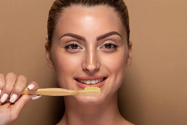 Piękna dziewczyna przygotowywająca myć zęby