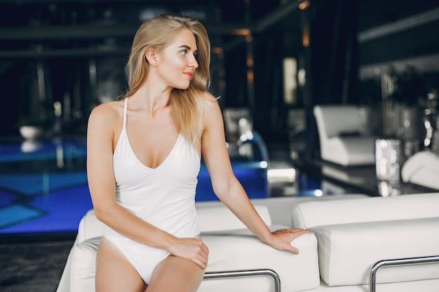 Piękna dziewczyna relaksuje w zdroju salonie
