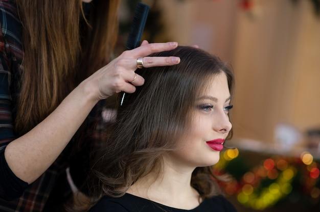 Piękna dziewczyna robi fryzurze