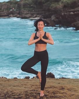 Piękna dziewczyna robi joga