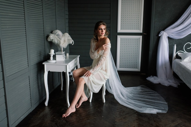 Piękna dziewczyna sexy brunetka w białej bieliźnie pozowanie w pokoju we wnętrzu