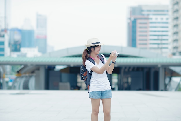 Piękna dziewczyna spaceru na ulicy miasta. podróżowanie po tajlandii