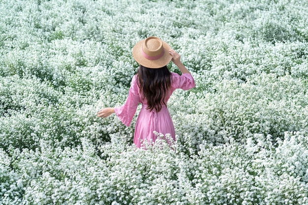 Piękna dziewczyna spacerująca po polach kwiatów cutter, chiang mai w tajlandii