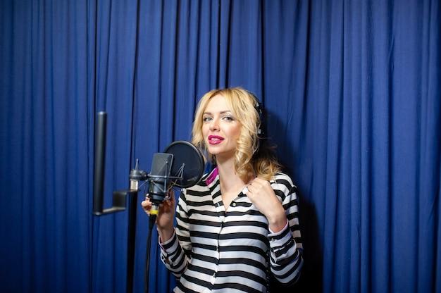 Piękna dziewczyna śpiewa w studiu nagraniowym