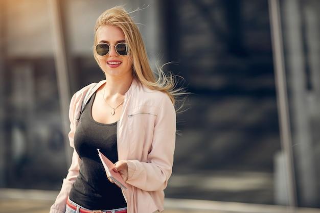 Piękna dziewczyna stoi na lotnisku