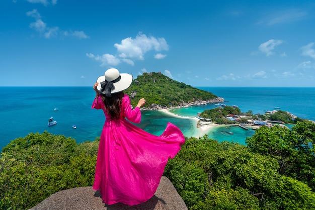 Piękna dziewczyna stojąc na punkcie widzenia na wyspie koh nangyuan w pobliżu wyspy koh tao, surat thani w tajlandii