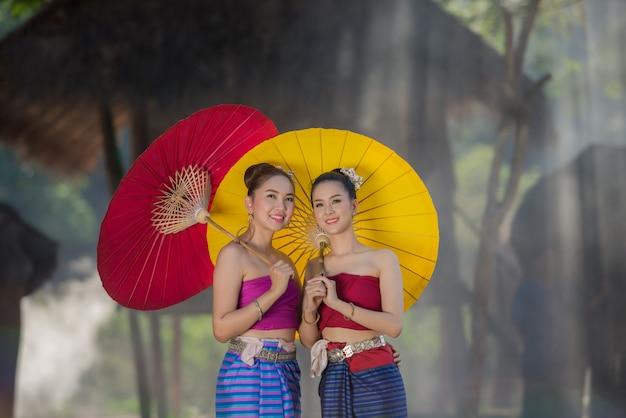 Piękna dziewczyna tajlandzkie lanna kobiety wewnątrz z słoniami