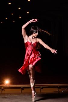 Piękna dziewczyna tańczy na scenie.