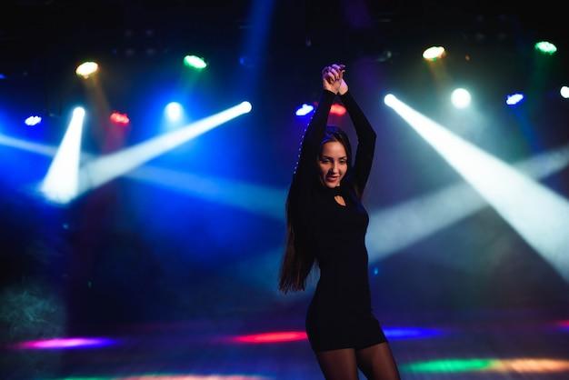 Piękna dziewczyna tańczy