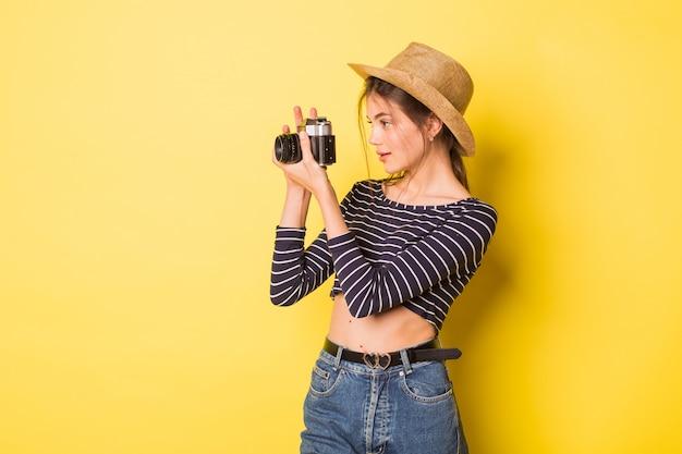 Piękna dziewczyna trzyma aparat