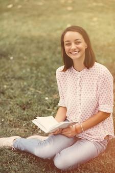 Piękna dziewczyna trzyma otwartą książkę