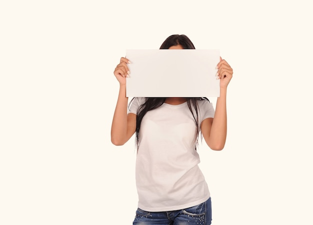 Piękna dziewczyna trzyma pustą tablicę na białym tle