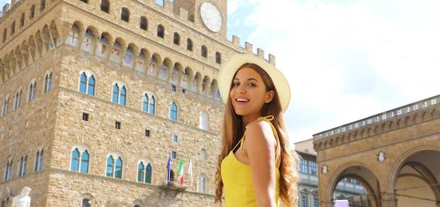 Piękna dziewczyna turystki we florencji z pałacem palazzo vecchio