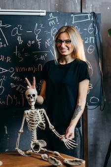 Piękna dziewczyna uczy się biologii w klasie
