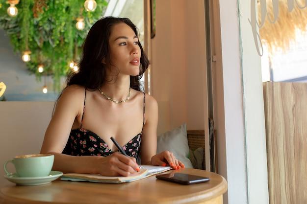 Piękna dziewczyna uczy się online