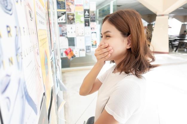 Piękna dziewczyna uniwersytecka ekscytuje się jej testem