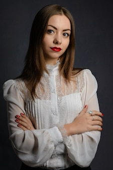 Piękna dziewczyna w białej bluzce