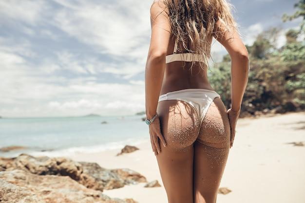 Piękna dziewczyna w bikini cieszy się morzem