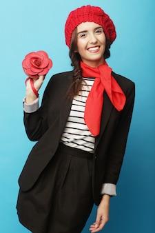 Piękna dziewczyna w czerwonym berecie. styl francuski.