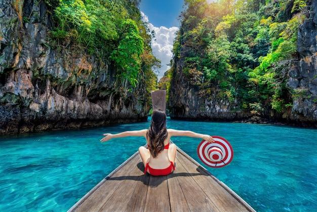 Piękna dziewczyna w czerwonym bikini na łodzi na wyspie koh hong, tajlandia.