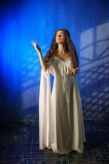 Piękna dziewczyna w długiej sukni, zakonnica