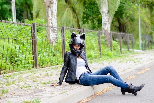 Piękna dziewczyna w kasku motocykla.