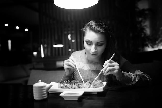 Piękna dziewczyna w kawiarni przy filiżance kawy na kolacji