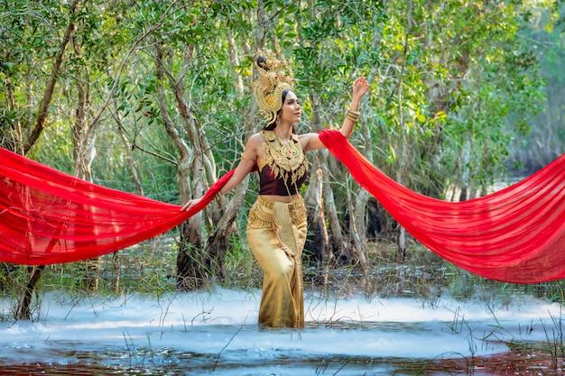 Piękna dziewczyna w kostiumowej apsara z kambodżańskiego pojęcia, kultura tożsamości kambodży.