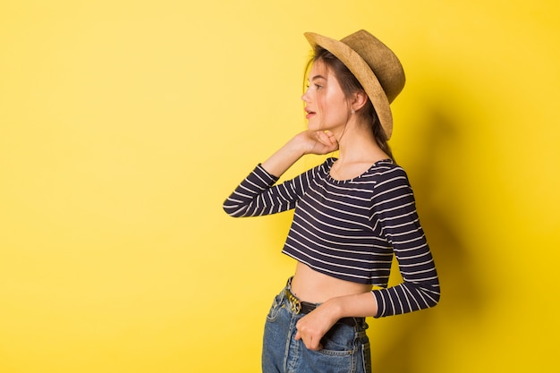 Piękna dziewczyna w kowbojskim kapeluszu