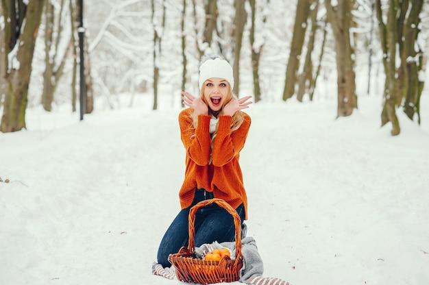 Piękna dziewczyna w ładny sweter pomarańczowy