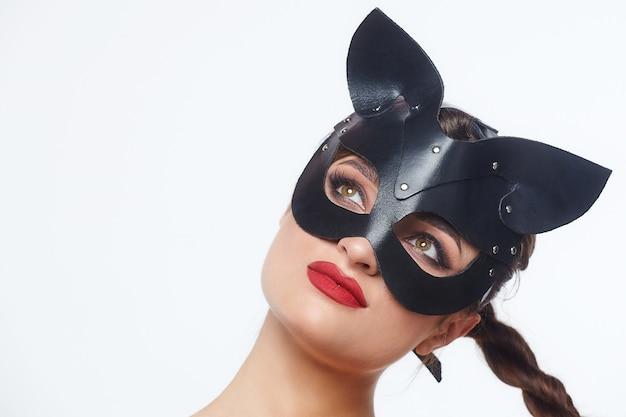 Piękna dziewczyna w masce kota. figlarnie pozuje