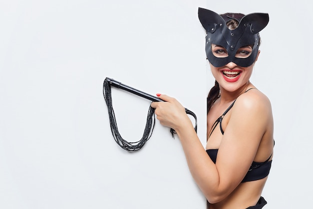 Piękna dziewczyna w masce kota.