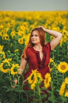 Piękna dziewczyna w ogromnym żółtym polu słoneczników.