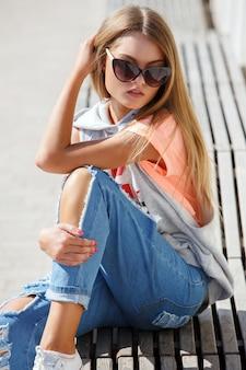 Piękna dziewczyna w okularach przeciwsłonecznych