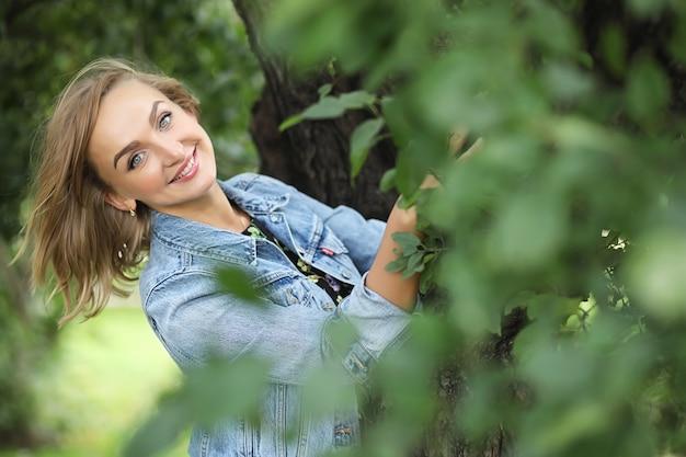 Piękna dziewczyna w parku na spacer w słoneczny letni dzień