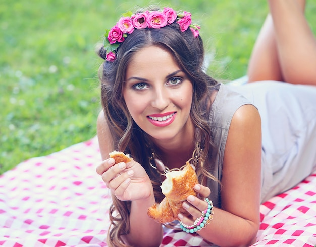 Piękna dziewczyna w parku