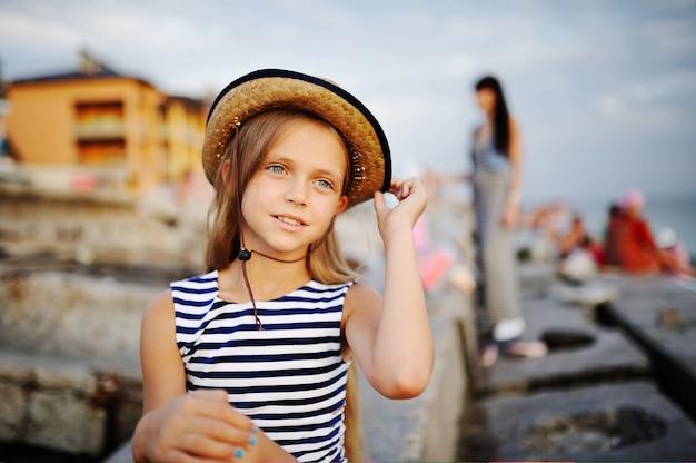 Piękna dziewczyna w pasiastej koszuli i kapeluszu