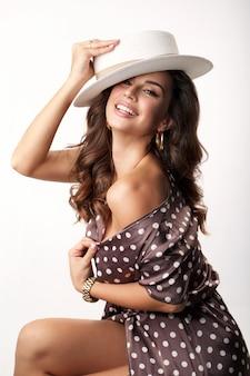 Piękna dziewczyna w pozowanie kapelusz lato