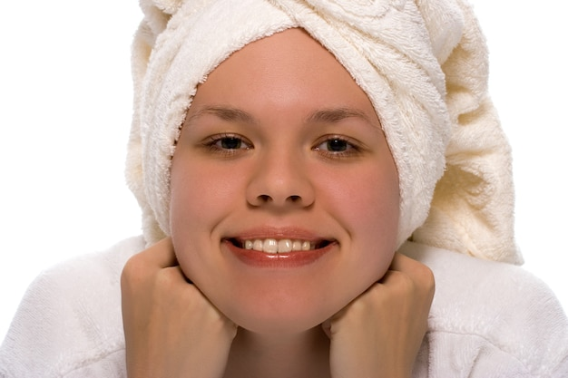 Piękna dziewczyna w ręczniku relaks po prysznicu na białym tle