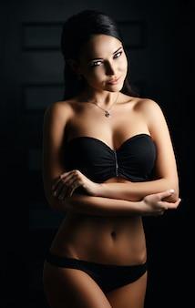 Piękna dziewczyna w seksownej czarnej bieliźnie