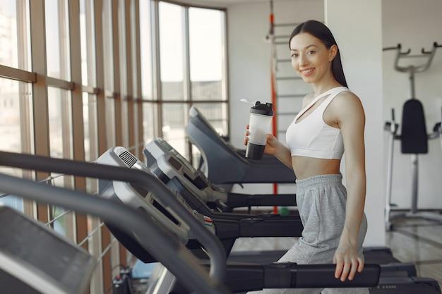 Piękna dziewczyna w siłowni na torze wyścigowym