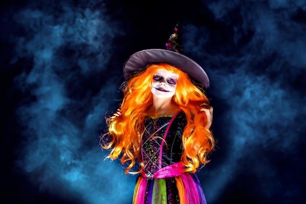 Piękna dziewczyna w stroju czarownicy