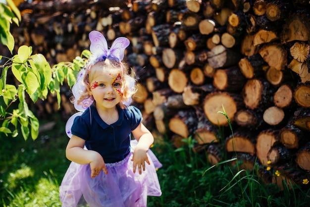 Piękna dziewczyna w stroju wróżki ze skrzydłami motyla