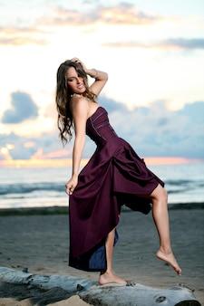 Piękna dziewczyna w sukience